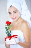 Nytt från ros och gåvor för duschkvinnainnehav Arkivbild