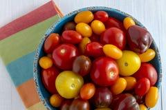 Nytt från trädgårds- tomater i bunke Royaltyfri Fotografi