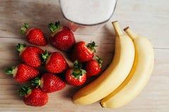 Nytt för jordgubbebanansmoothie som blandas på den wood tabellen Fotografering för Bildbyråer