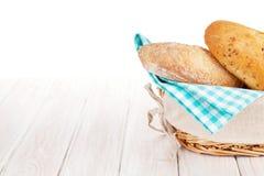 Nytt franskt bröd i korg Royaltyfri Bild
