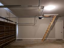 Nytt garage med trädörrstegen till loften i ett nytt hus fotografering för bildbyråer