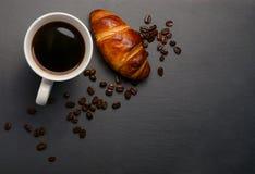 Nytt giffel och kaffe på stentabellen Bästa sikt med kopieringsutrymme läcker giffel med en kopp kaffe, grillade bönor Royaltyfri Foto