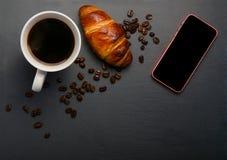 Nytt giffel och kaffe på stentabellen Bästa sikt med kopieringsutrymme läcker giffel med en kopp kaffe, grillade bönor Arkivfoton