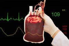 Nytt givar-blod för transfusion och EKG övervakar Arkivbild