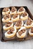 Nytt gjord peri-peri fega levrar på franskt bröd Arkivbilder
