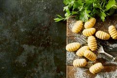Nytt gjorda gnocchiklimpar med persilja arkivbild
