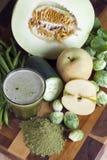 Nytt gjorda Juice With Organic Greens And Spirulina Royaltyfri Foto