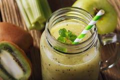 Nytt gjorda smoothies från äpplet, kiwi och selleri Royaltyfria Bilder
