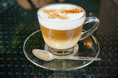 Nytt gjort cappuccinokaffe i en glass kopp. Fotografering för Bildbyråer