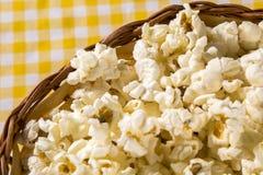 Nytt gjort popcorn på en tabell Pipoca Royaltyfri Fotografi
