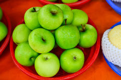 Nytt grönt äpple Royaltyfria Bilder