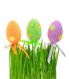 Nytt grönt gräs och kulöra easter ägg Arkivbilder