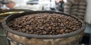 Nytt grillade kaffebönor Royaltyfri Foto