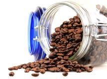 Nytt grillade kaffebönor i en kruka Royaltyfri Fotografi