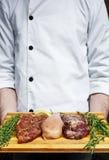 Nytt griskött-, nötkött- och hönakött på en skärbräda Arkivbild