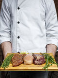Nytt griskött-, nötkött- och hönakött på en skärbräda Arkivfoton