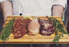 Nytt griskött-, nötkött- och hönakött på en skärbräda Royaltyfria Bilder