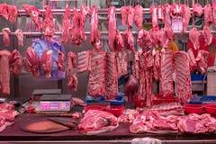 Nytt grisk?tt och k?tt p? slaktare shoppar arkivfoto