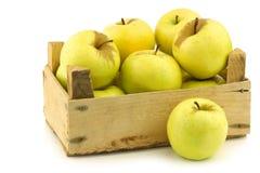 Nytt guld- - läckra äpplen i en träspjällåda Arkivbilder