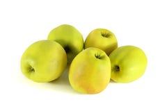 Nytt gult äpple på en vit bakgrund Royaltyfria Bilder