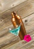 Nytt hälld blandad drink med den nya enkla rosa färgblomman Arkivfoto