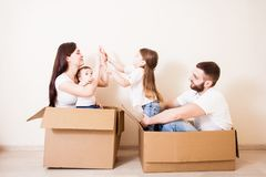 Nytt hem för familj fotografering för bildbyråer