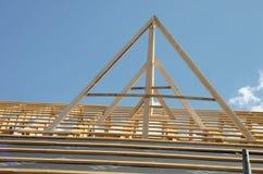 Nytt hem för närvarande under konstruktion och trärof Arkivbilder
