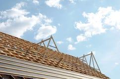 Nytt hem för närvarande under konstruktion och trärof Arkivfoto