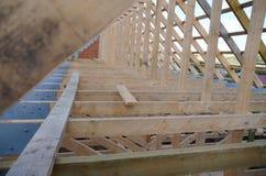Nytt hem för närvarande under konstruktion och trärof Arkivfoton