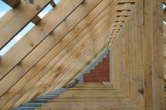 Nytt hem för närvarande under konstruktion och trärof Royaltyfria Foton