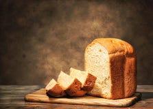 Nytt hemlagat bröd på en brun bakgrund Arkivbilder