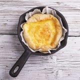 Nytt hemlagat syrligt med tre sorter av ost och frasig smördeg Fotografering för Bildbyråer