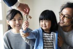 Nytt hus för asiatiskt familjköp arkivbild