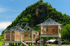 Nytt hus för bostads- konstruktion inrama mot en blå himmel royaltyfri foto