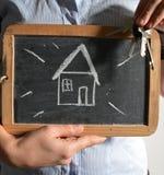 Nytt hus för fastighetsmäklare med tangentbegrepp arkivbild