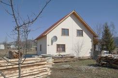 Nytt hus i bygd. Royaltyfria Foton