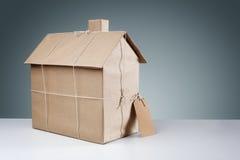Nytt hus som slås in i brunt papper Arkivfoton