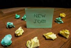 Nytt jobb f?r handskrifttext Begreppsbetydelse som har betalt för en tid sedan position av kulört rynkat litet för vanlig anställ arkivfoton