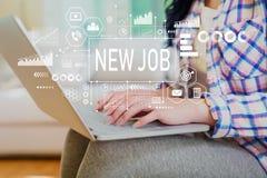 Nytt jobb med kvinnan som använder en bärbar dator royaltyfri fotografi