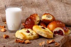Nytt körsbärsrött pajer, tarts och exponeringsglas av mjölkar Royaltyfri Foto