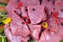 Nytt kött med skivan av paprika Arkivfoton