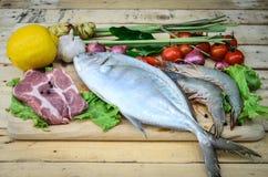 Nytt kött, skaldjur och grönsaker på kök stiger ombord royaltyfria foton
