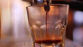 Nytt kaffe i exponeringsglas stock video