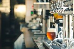 Nytt kallt öl med klapp royaltyfri bild