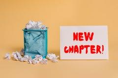 Nytt kapitel f?r handskrifttext Begreppsbetydelsen som slutligen startar något mål som skapades i din mening, skrynklade papper arkivbild