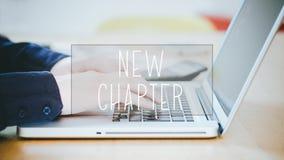Nytt kapitel, text över maskinskrivning för ung man på bärbara datorn på skrivbordet royaltyfri foto