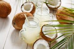 Nytt kokosnötvatten i ett exponeringsglas Selektivt fokusera royaltyfria bilder