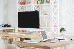 Nytt kontor med tomma apparater Fotografering för Bildbyråer