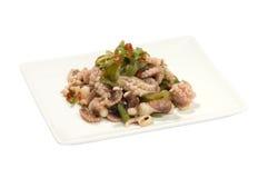 Nytt lagad mat bläckfisk med grönsaker och wakame royaltyfri fotografi