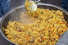 Nytt lagad mat pilaff i en stor kittel royaltyfria bilder